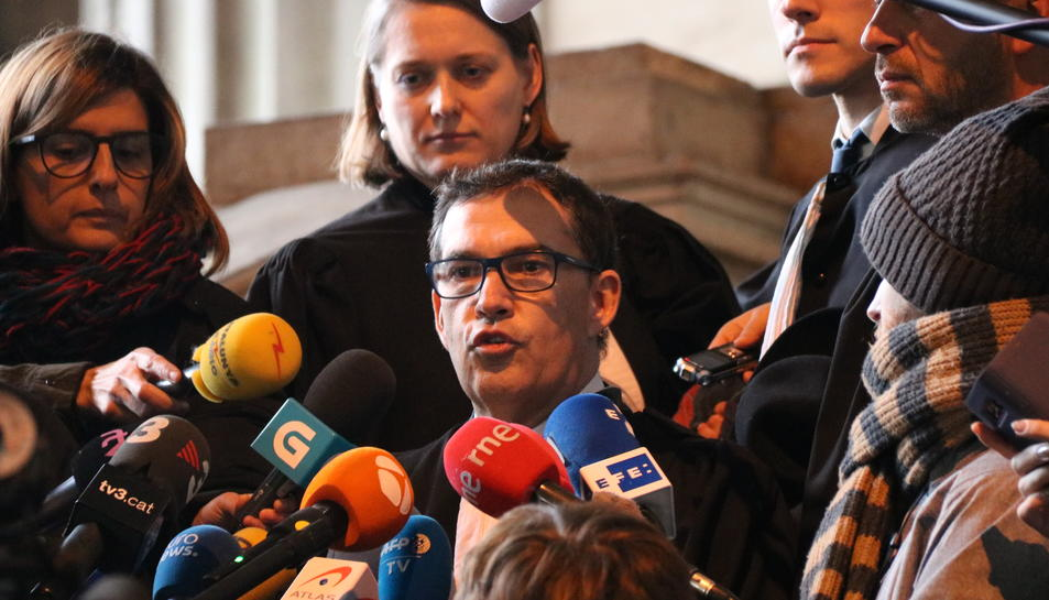 L'advocat Jaume-Alonso Cuevillas durant la compareixença després de la vista de Carles Puigdemont i els consellers cessats.