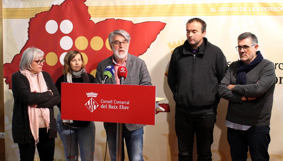 El president del Consell Comarcal del Baix Ebre, Enric Roig, acompanyat pels consellers Emilio Bertomeu, Josep Mas, Roser Merlos i l'exconsellera Maria Beltran.