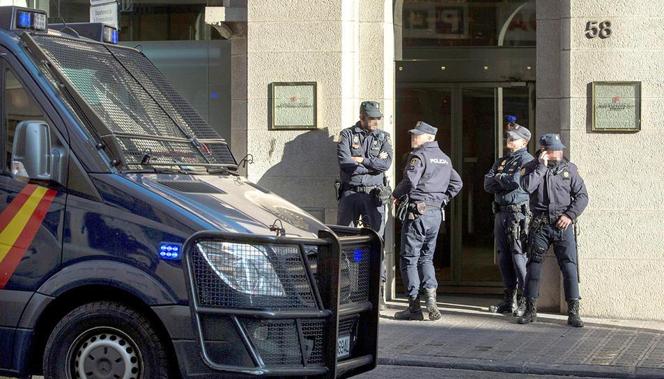 Agents de la Policia Nacional a l'entrada de l'Idescat a Barcelona.