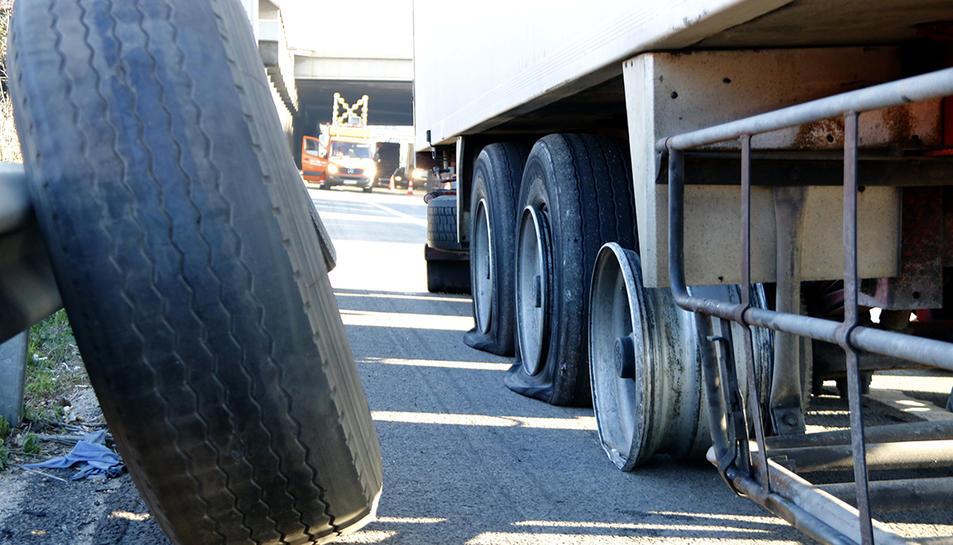 Una roda nova de camió a punt per canviar en un dels camions que ha aparegut amb les rodes punxades a l'AP-7 aquest dimarts de matinada.