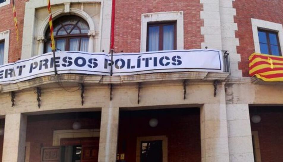 Imatge d'arxiu d'una pancarta reivindicativa a la façana de l'Ajuntament de Tortosa.