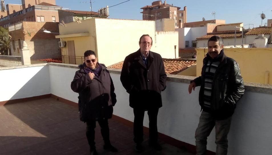 Torres i Moreno a la terrassa de l'habitatge de Mare de Déu de Guadalupe, amb un dels inquilins.