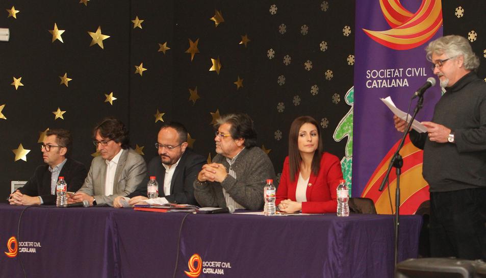 Salvador Caamaño presenta a les persones que van intervenir en l'acte de Societat Civil Catalana.