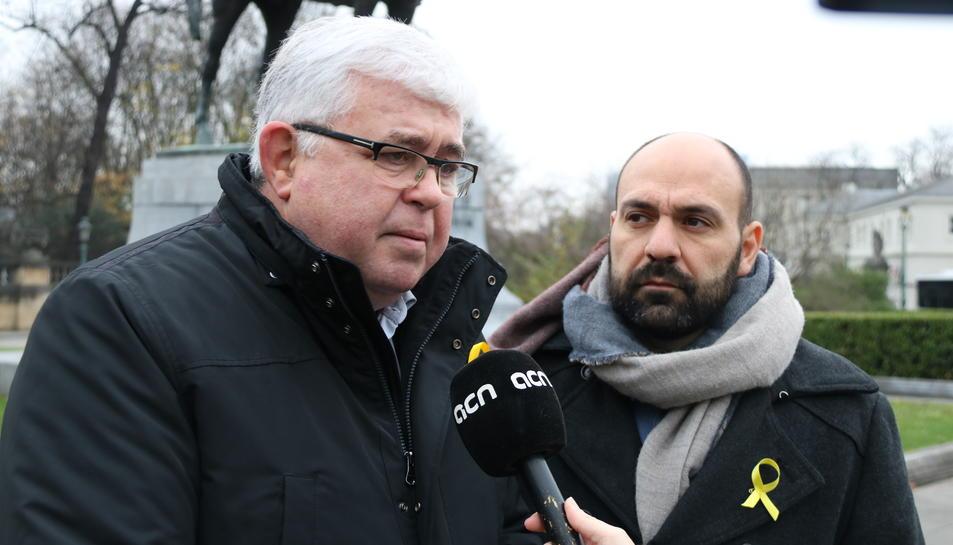 El vicepresident de l'ANC, Agustí Alcoberro, atén l'ACN a Brussel·les. Al seu costat, el portaveu d'Òmnium, Marcel Mauri. Imatge del 6 de desembre (horitzontal)