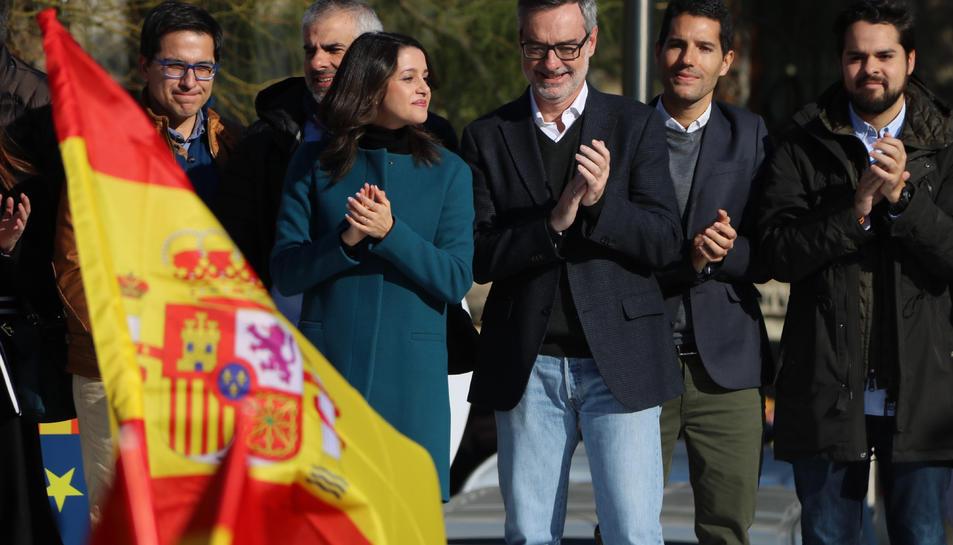 Inés Arrimadas, amb altres membres de Ciutadans, durant l'acte a plaça Universitat a Barcelona.