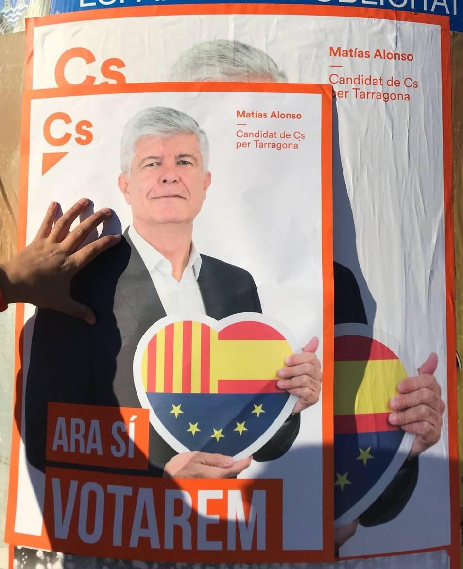 Les dues mides dels cartells que s'estan penjant a Torredembarra.