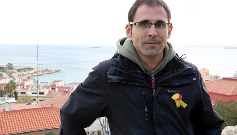 Xavier Milian, a Tarragona, amb el mar Mediterrani al fons.