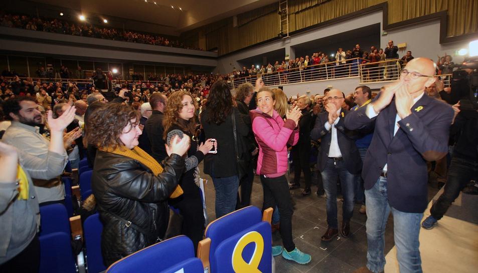 Raül Romeva saludant el públic que es va reunir ahir al vespre al Centre Cultural de Valls en el seu primer acte de campanya.