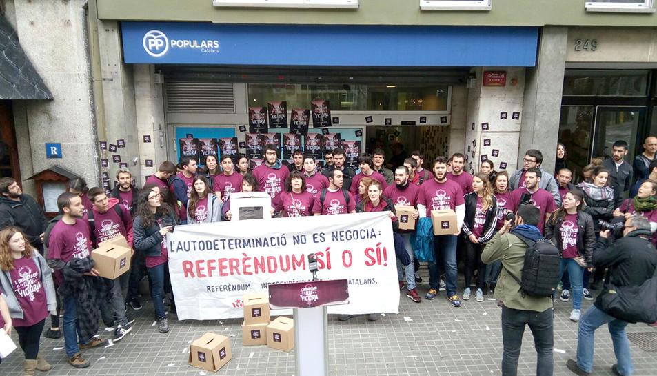 Els joves d'Arran que van intentar entrar a la seu del PP a Barcelona.
