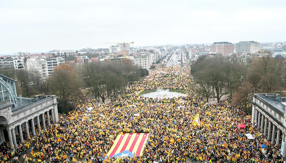 Milers de manifestants esperant a l'inici de la manifestació.