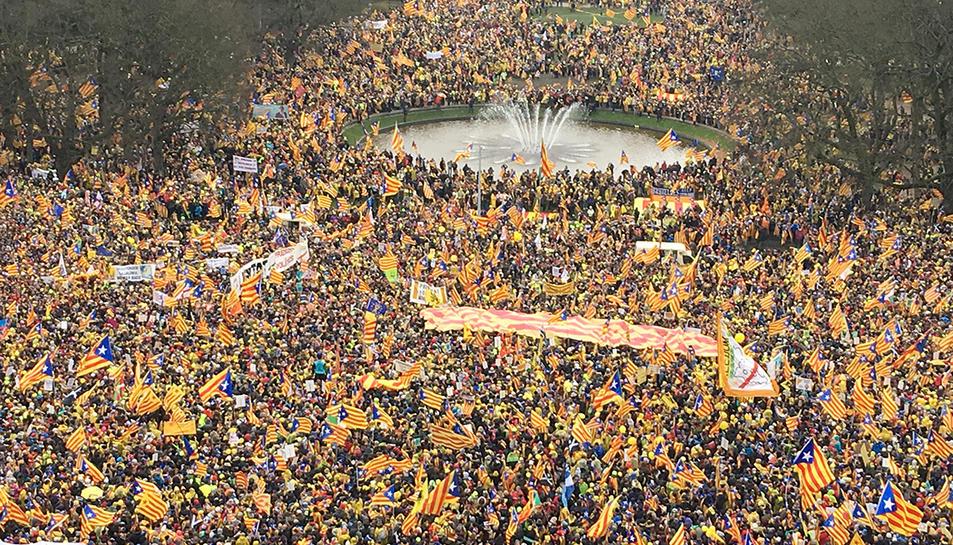Manifestants omplen el Parc del Cinquantenari de Brussel·les.