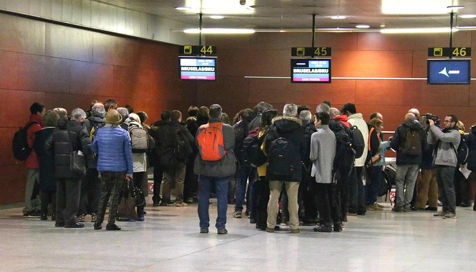 Ciutadans fent cua davant mostradors en els moments previs a volar cap a Brussel·les.