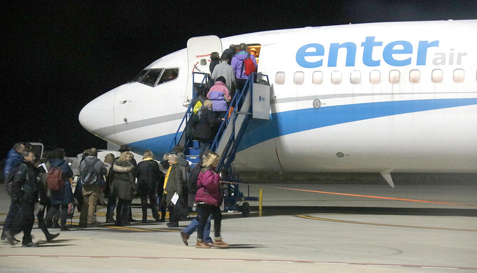 Gent pujant al primer dels tres avions que han connectat l'aeroport de Lleida-Alguaire amb Brussel·les.