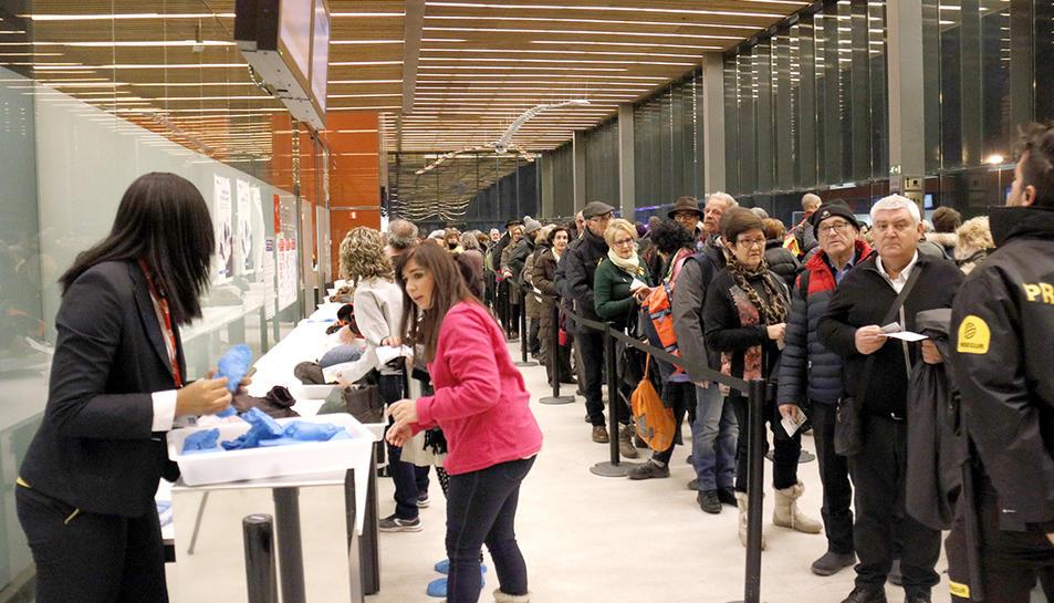 Zona del control de seguretat de l'aeroport de Lleida-Alguaire amb la cua de gent per anar a Brussel·les.