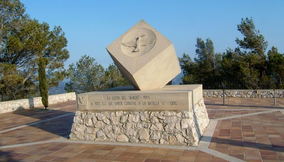 Monument a la Lleva del Biberó a la Serra de Pàndols.