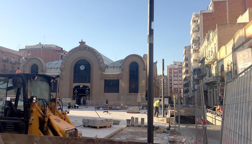 Les obres a la plaça continuen avançant.