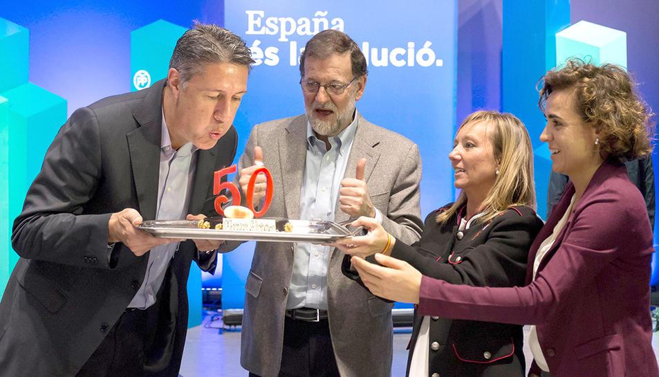 Albiol, bufant les espelmes del seu pastís d'aniversari davantMariano Rajoy.