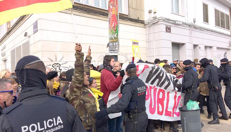 Agents dels Mossos d'Esquadra contenen els concentrats davant la Llotja de Lleida , on hi ha Mariano Rajoy.