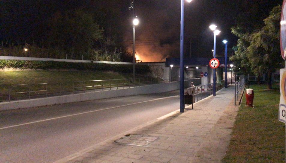 La llum de les flames era visible des del Serrallo.