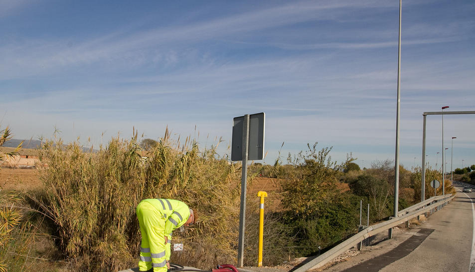 Un dels treballadors comprova quin és l'estat de la instal·lació prop de la carretera de Bellissens.