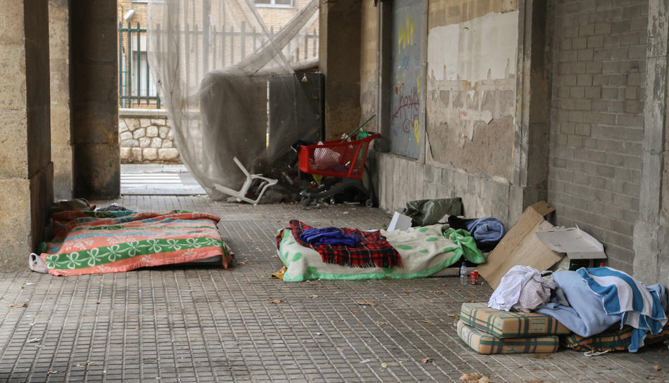 Imatge que oferien ahir els porxos de la plaça dels Carros, amb pertinences dels indigents.