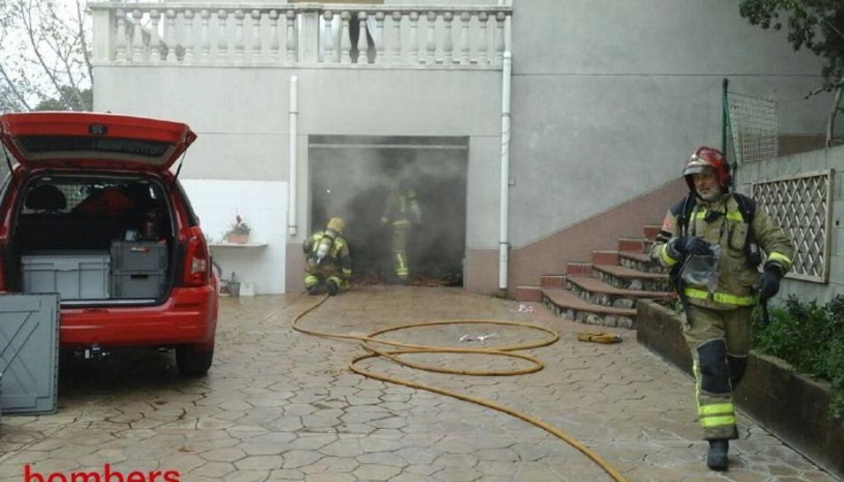 Els bombers han actuat al garatge d'un xalet d'Almoster.