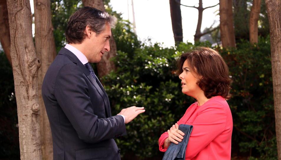 El ministre de Foment, Íñigo de la Serna, conversant amb la vicepesidenta del govern espanyol, Soraya Sáenz de Santamaría