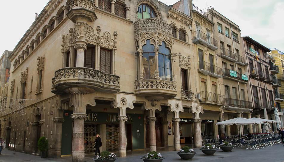 Una imatge de la Casa Navàs, als baixos de la qual s'ubica la botiga Successors de Joaquim Navàs.