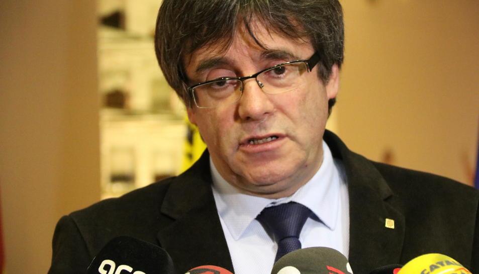 Pla tancat del president Carles Puigdemont en una atenció als mitjans aquest 11 de desembre.