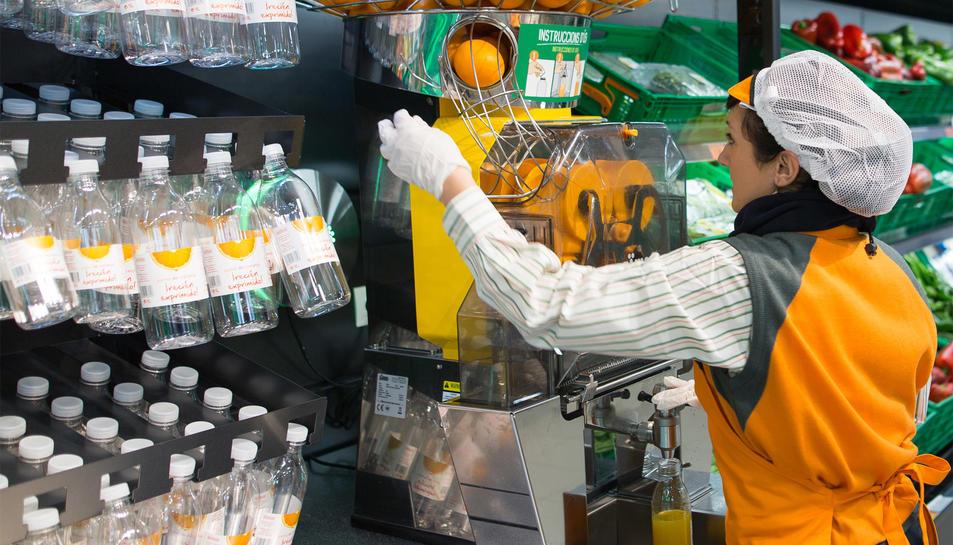Imatge de la màquina per fer suc de taronja natural amb el que compta el nou model de botiga.