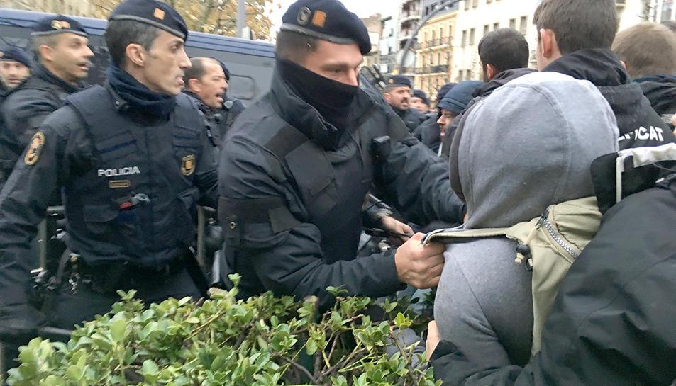 Agents dels Mossos d'Esquadra i els manifestants a l'exterior del Museu de Lleida s'enfronten davant la imminent sortida de les obres d'art cap a Sixena.