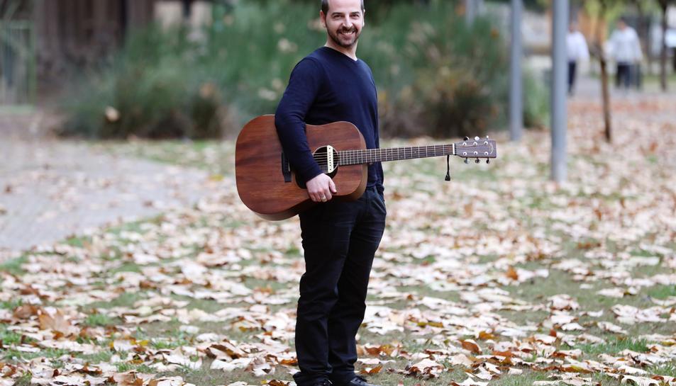 El músic Pele Bernial, compositor i cantant de Pele Macleod, a Tarragona.