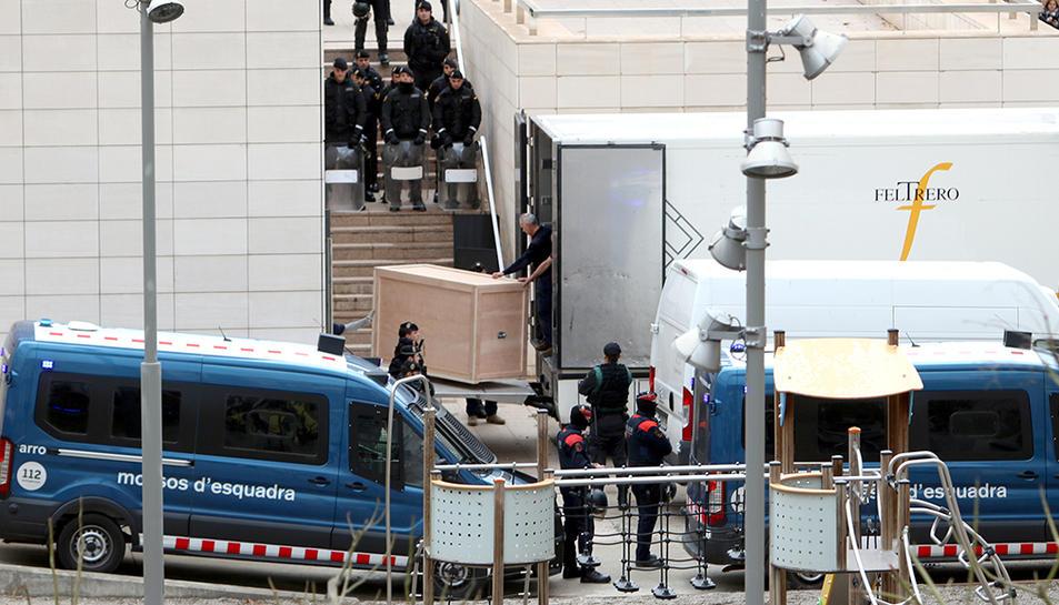 Inici de la càrrega del camió amb les peces de Sixena del Museu de Lleida