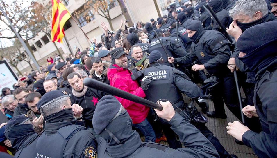 Els Mossos d'Esquadra han carregat contra els manifestants que volien accedir al perímetre del museu.