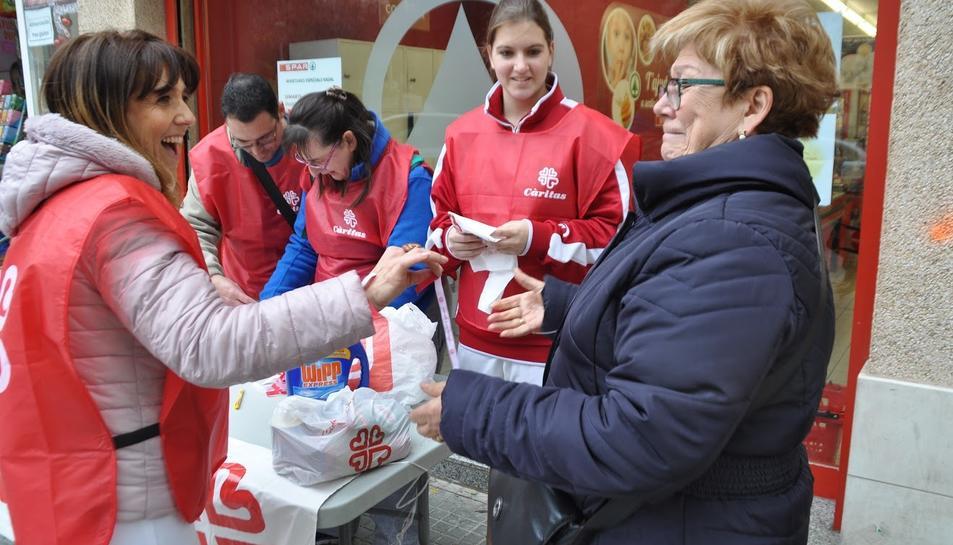 Voluntaris de Càritas, en un dels punts de recollida de l'edició de l'any passat.