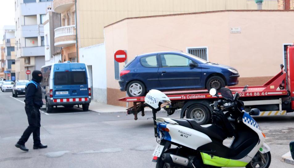 Una grua emportant-se un dels vehicles requisats durant l'operació policial contra el blanqueig de capitals procedents del tràfic de drogues a Amposta.