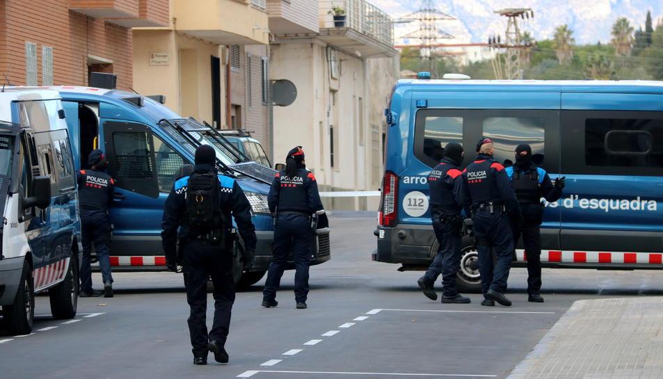 Pla conjunt d'agents dels Mossos i la policia local d'Amposta durant l'operatiu policial contra el blanqueig de capitals al carrer Agustina d'Aragó.