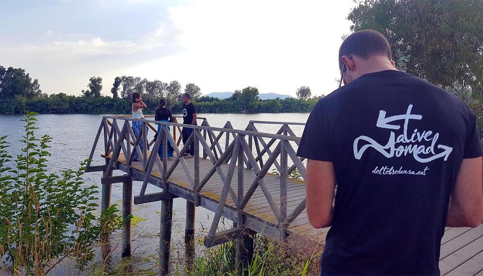 Un operador de càmera gravant una de les escenes de la nova sèrie documental sobre dansa de Netflix al delta de l'Ebre.