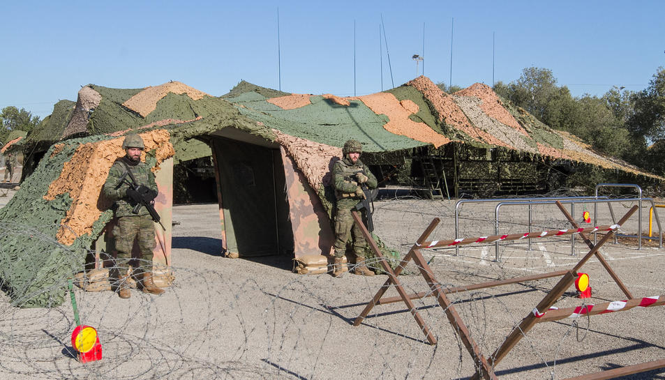 Dos efectius de l'exèrcit espanyol armats durant l'operatiu 'Eagle Eye' a l'Aeroport de Reus.