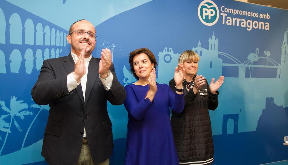 Imatge de Soraya Saénz de Santamaría amb el cap de llista del PP per Tarragona, Alejandro Fernández.