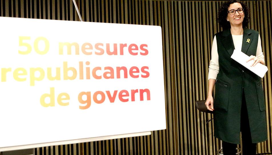 La número 2 d'ERC al 21-D, Marta Rovira, amb un faristol del partit en primer terme on s'hi llegeix '50 mesures republicanes de govern'.