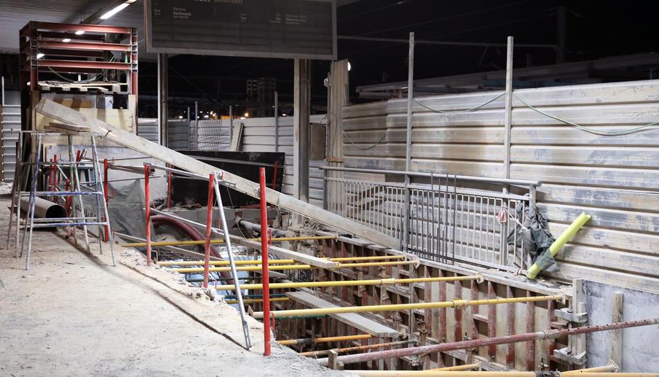 L'ascensor de l'andana 1 ha estat el primer dels dos de què disposarà l'estació que ha estat instal·lat pels operaris.