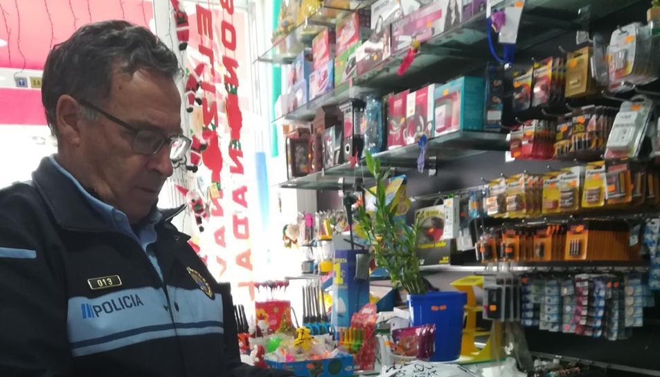 Un agent, durant un dels controls realitzats a Torredembarra.