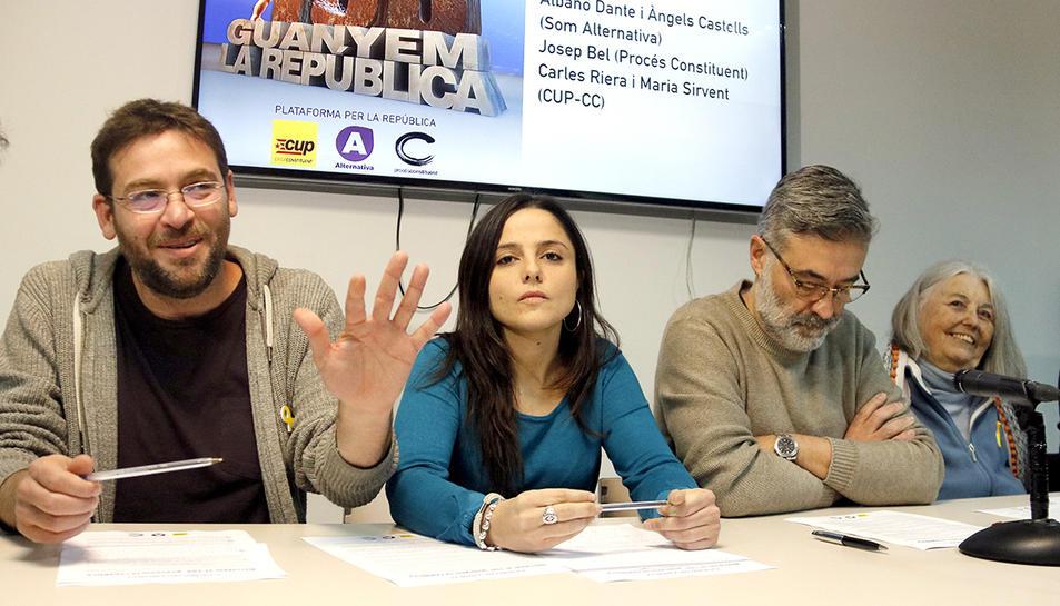 L'exlíder de Podem, Albano Dante Fachin, saluda els periodistes durant la roda de premsa conjunta amb la CUP.