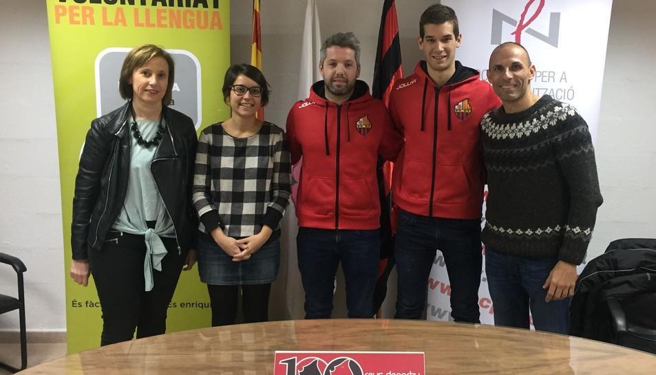 Juanjo Matilla i Càndid Ballart acompanyats de Rut Ortiz, dinamitzadora del Voluntariat per la llengua, i Anna Saperas, directora del CNL, i Jordi Salvadó, responsable de l'Àrea Social del Reus Deportiu.