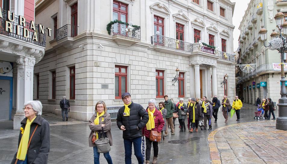 El col·lctiu continua manifestant-se cada dia a la plaça del Mercadal.