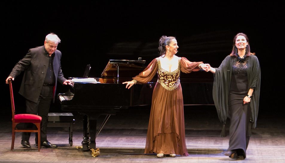 Un instant de l'espectacle, amb les filles de Montserrat Caballé i de Teresa Berganza a l'escenari.