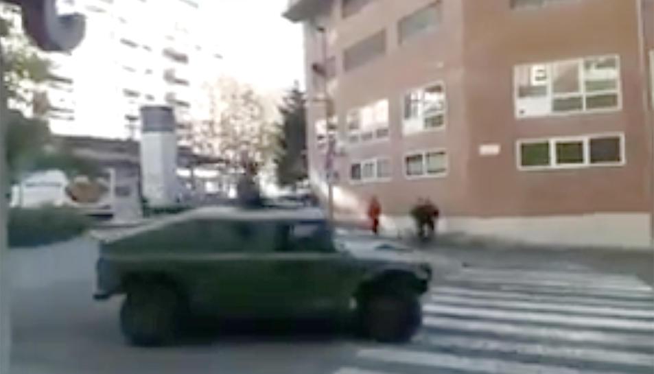 Un dels vehicles militars circulant pel carrer Pere Martell.