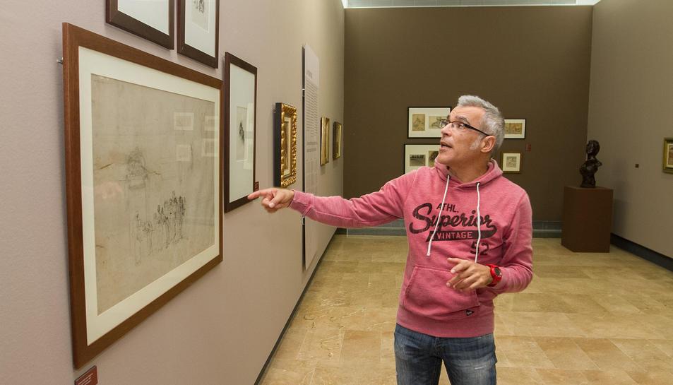 El director del Museu de Reus, amb una peça de Marià Fortuny.