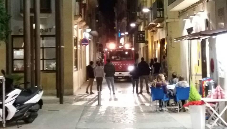 Imatge d'una de les dotacions de Bombers que s'han desplaçat fins al carrer del Hospital de Reus.